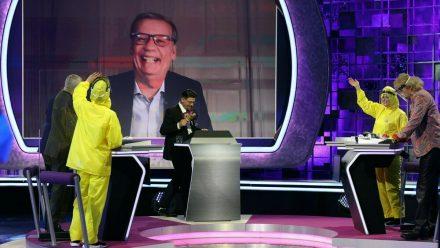"""""""Denn sie wissen nicht, was passiert"""" mit Tim Mälzer am Moderatorenpult und dem zugeschalteten Günther Jauch (ili/spot)"""