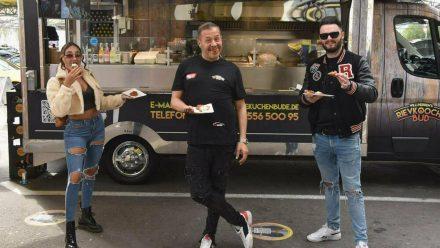 Schauspieler und Sänger Willi Herren mit seiner Tochter Alessia und sein Sohn Stefano bei der Eröffnung seines Foodtrucks vor einer Woche. (ili/spot)