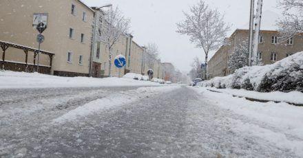 Glatte Straßen in Gera:nach starken Schneefällen und vorherigem Regen kam es am Morgen in Ostthüringen zu zahlreichen Behinderungen im Straßenverkehr.
