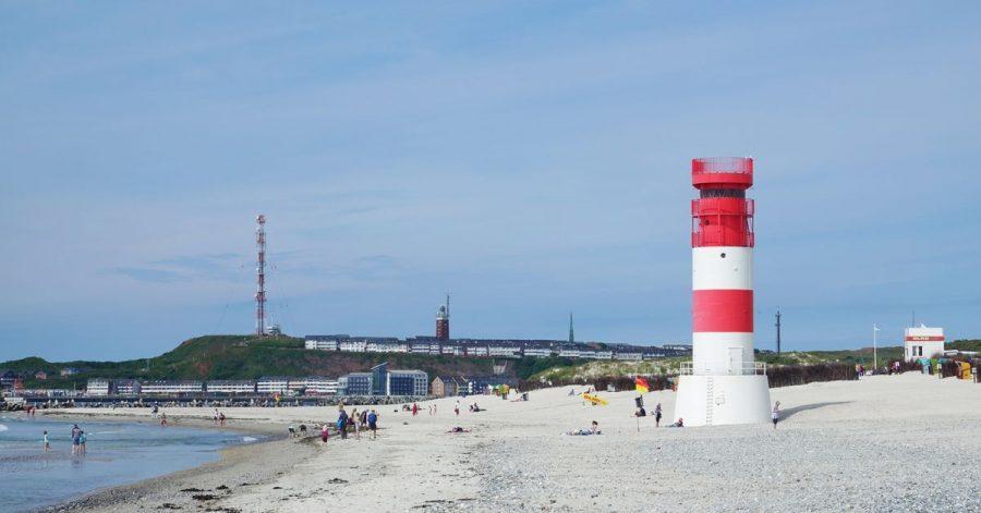 Farbiger Akzent in der Landschaft: der Leuchtturm auf der Helgoländer Düne.