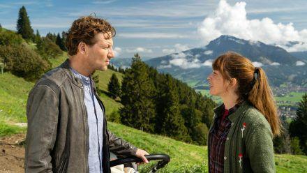 """""""Daheim in den Bergen: Brüder"""": Marie (Catherine Bode) und Georg (Thomas Unger) zanken sich zwar anders als früher, aber immer noch. (cg/spot)"""