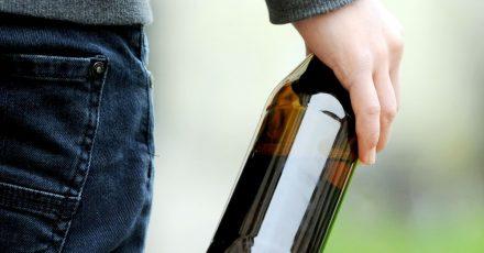 Bier, auch wenn es als «alkoholfrei» gelabelt ist, gehört nur in die Hände von Älteren.