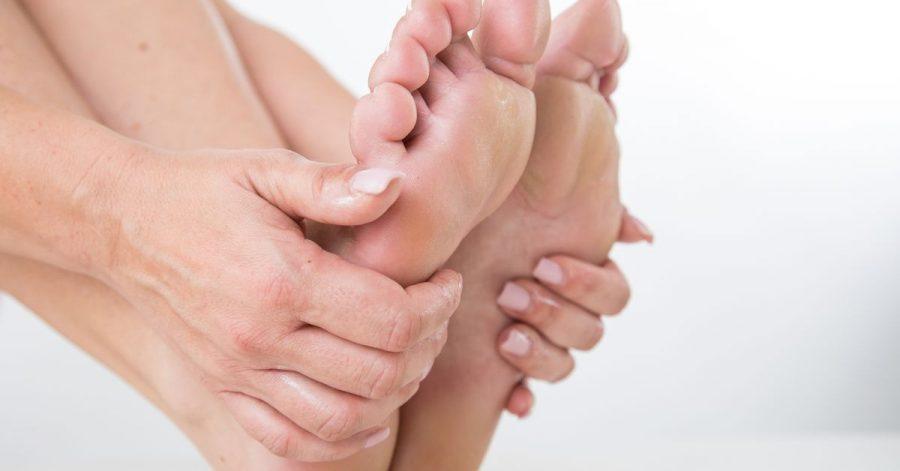 Damit die Haut der Füße schön geschmeidig ist, sollten wir sie regelmäßig pflegen und eincremen.
