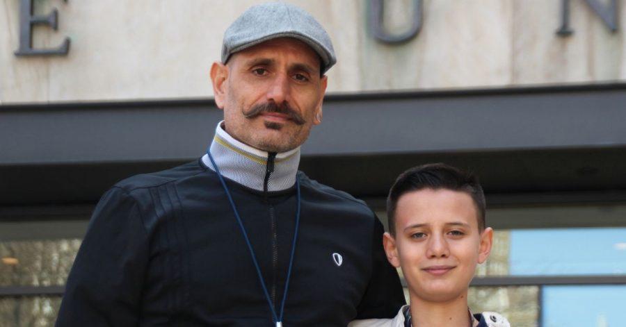 Bardia Gharib (l) und sein Sohn Shahab vor der Pace University in New York.