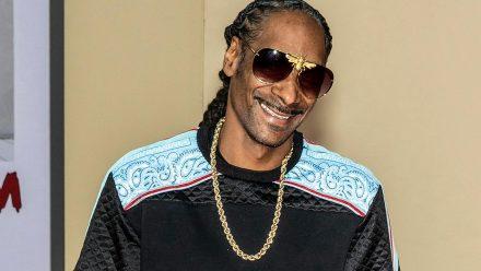 Snoop Dogg zeigt sich vor der Kamera beim Kiffen. (jom/spot)
