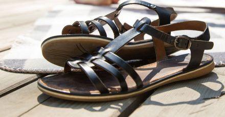 Flache Schuhe mit Riemchen sind ein Styling-Tipp für alle Frauen, die finden, dass ihre Füße zu groß sind.