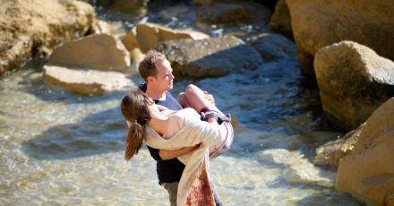 Hartwig Seeler als Hartwig Seeler (Matthias Koeberlin) findet die schwer verletzte Tascha (Emily Cox).