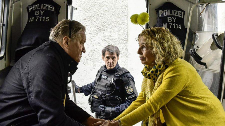 """""""Zum Glück zurück"""": Nachdem Kurt (Michael Brandner, l.) einen Polizisten (Mac Steinmeier, M.) bei der Demo geschubst und zu Fall gebracht hat, spricht Luise (Michaela May) mit ihm (cg/spot)"""