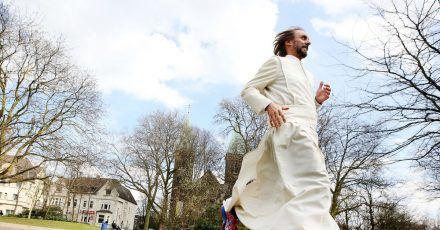 Pater Tobias läuft und läuft und läuft.
