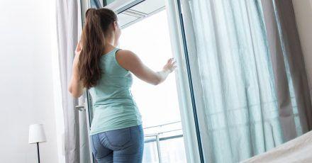 Im Frühling kann es tagsüber draußen schon richtig warm werden - wer die Raumwärme drinnen halten will, sollte am besten dann lüften.