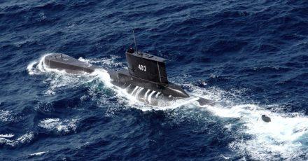 Das U-Boot KRI Nanggala der indonesischen Marine fährt in den Gewässern vor Ost-Java (Luftbild aus einer indonesischen Marine-Hubschrauber). Das mit 53 Seeleuten an Bord vermisste indonesische Militär-U-Boot liegt vermutlich 600 bis 700 Meter unter Wasser.