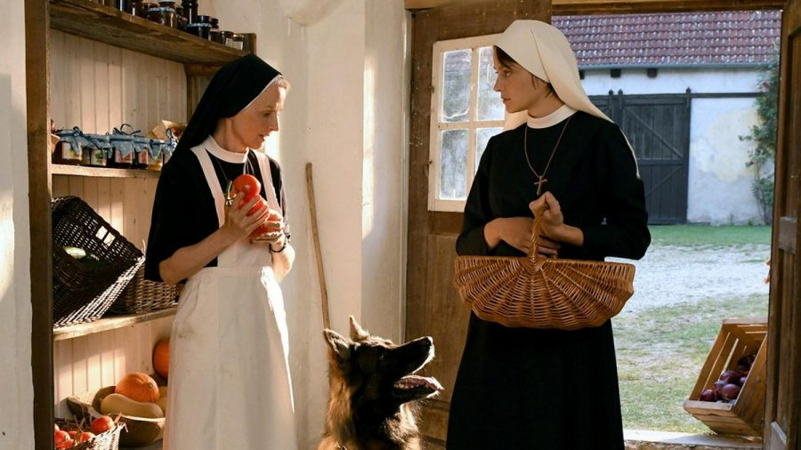 """""""Um Himmels Willen: Gnadenbrot"""": Schwester Agnes (Emanuela von Frankenberg, l.) wundert sich, warum Polizeihund Hasso Emma (Thekla Hartmann) auf Schritt und Tritt folgt (cg/spot)"""