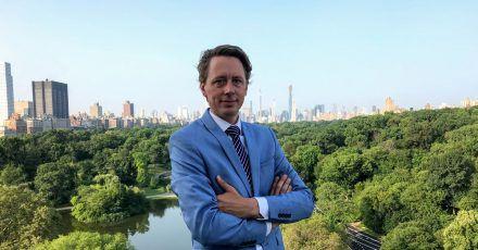 Der deutsche Luxus-Makler Sebastian Steinau  auf einem Balkon am  Central Park vor der Skyline von Manhattan.