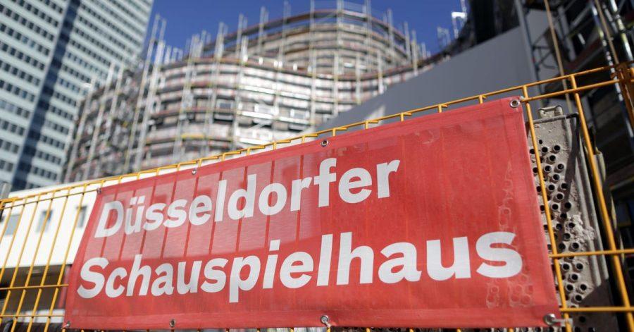 Nach Rassismus-Vorwürfen gegen das Düsseldorfer Schauspielhaus haben die nordrhein-westfälische Landesregierung und die Landeshauptstadt eine konsequente Aufarbeitung der Vorfälle gefordert.