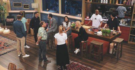 Wer zweimal beim Lachen erwischt wird, fliegt raus: In «LOL - Last One Laughing» sind zehn prominente Comedians in einem Raum eingeschlossen und sollen sich gegenseitig zum Lachen bringen - ohne selbst die Mundwinkel zu verziehen.