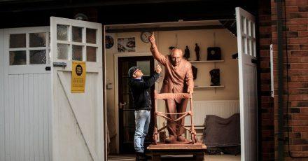Andrian Melka legt den letzten Schliff an eine zwei Meter hohe Tonstatue von Kapitän Sir Tom Moore in seinem Studio.