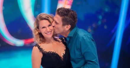"""Peer Kusmagk und seine Frau Janni Hönscheid 2019 nach der Livesendung der SAT.1-Show """"Dancing on Ice""""."""