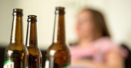 Im Corona-Jahr 2020 haben Menschen in Deutschland laut Suchtbericht der DHS deutlich mehr Alkohol als im europäischen Durchschnitt konsumiert.