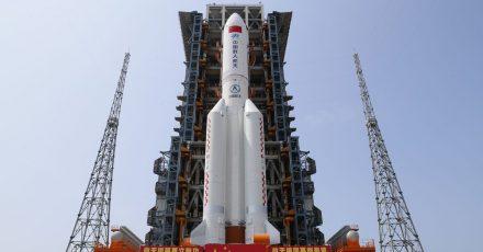 Die Kombination aus dem Kernmodul «Tianhe» der chinesischen Raumstation und der Langer-Marsch-5B-Y2-Rakete steht im Startbereich der Wenchang Spacecraft Launch Site in der südchinesischen Provinz Hainan.