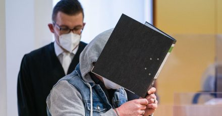 Die Anklage geht davon aus, dass ein 49-Jähriger das Kind seiner Lebensgefährtin über etwa zwei Jahre in Dutzenden Fällen schwer sexuell missbraucht hat.