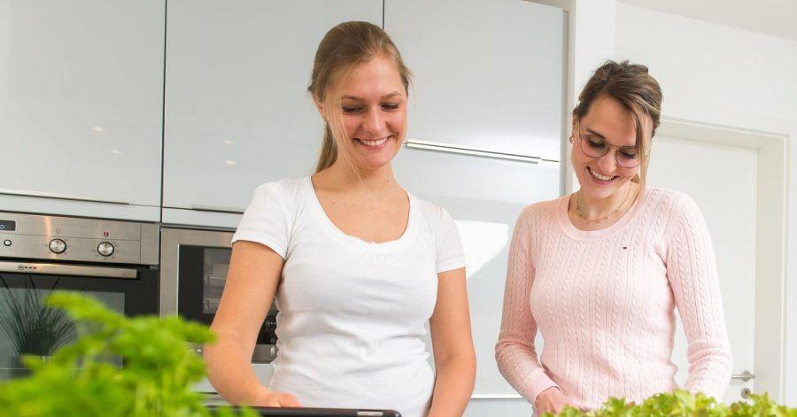 One-Tray-Gerichte eignen sich wunderbar, wenn spontan Freunde kommen. Mischt man noch Blätter von grünem Salat unter, lässt sich das Ofengericht auch in Wraps rollen.