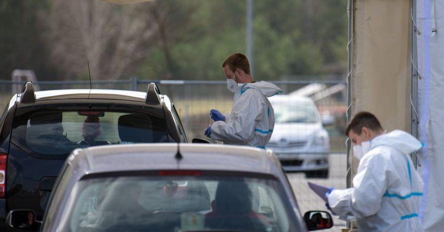 Mitarbeiter der Johanniter-Unfall-Hilfe e.V. testen in einem Zelt des «Drive in»-Corona-Test in Oranienburg die Insassen zweier Autos auf Corona.