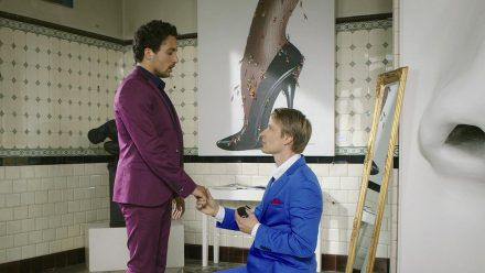 """""""Familie verpflichtet"""": David (Max von Pufendorf, r.) macht seiner großen Liebe (Omar El-Saeidi) einen Heiratsantrag. (cg/spot)"""