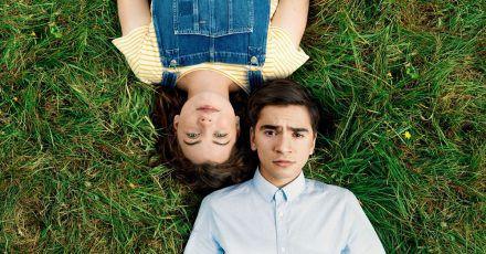 Toni (Ivo Kortlang) und Valerie (Amber Bongard) stürzen sich gemeinsam ins pralle Leben.