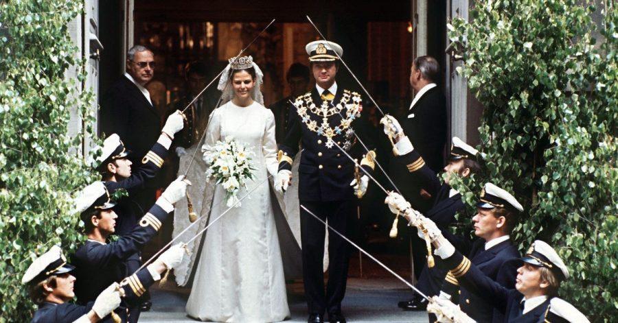König Carl XVI. Gustaf von Schweden verlässt mit seiner Braut Silvia nach der Trauung die Storkyrken.
