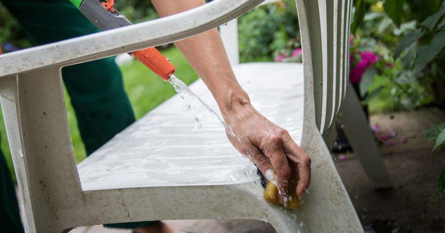 Das reine Reinigen der Kunststoffmöbel für den Garten reicht irgendwann nicht mehr. Denn die Sonne bleicht den Kunststoff oft aus.