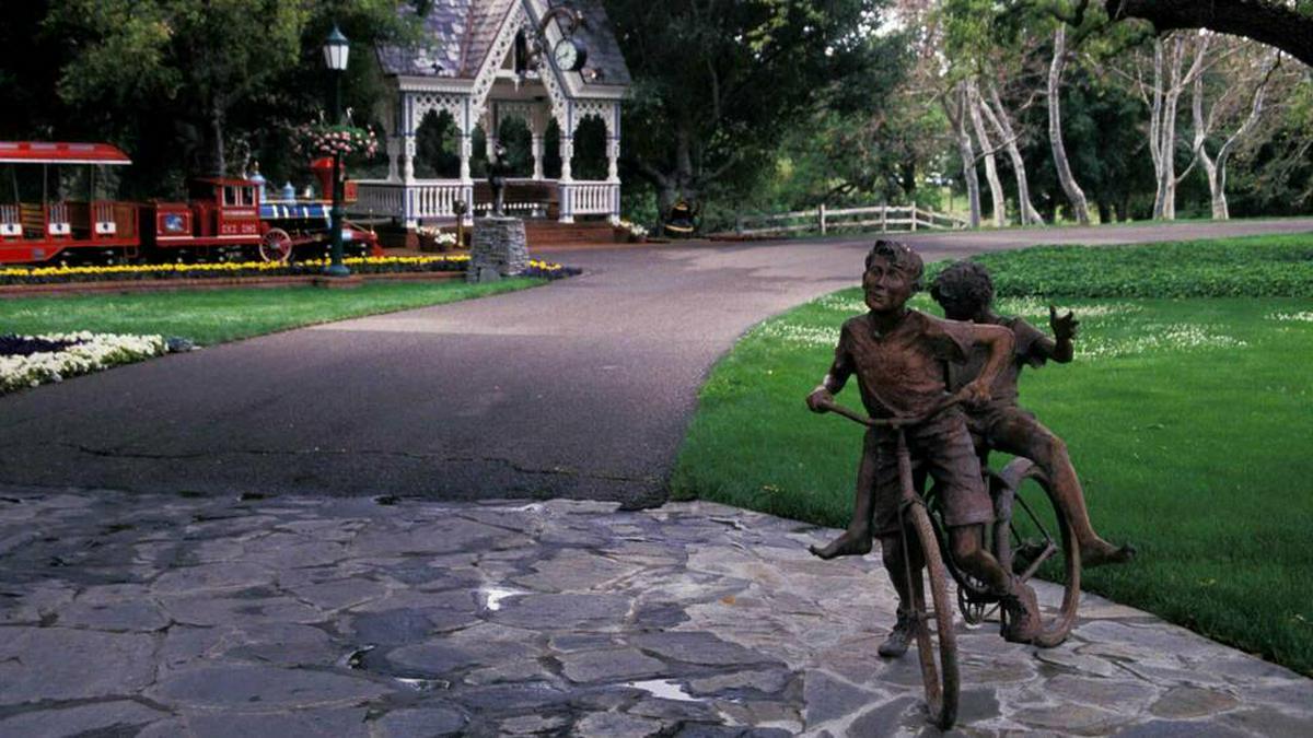Von-Neverland-Ranch-Michael-Jacksons-Statuen-stehen-zum-Verkauf