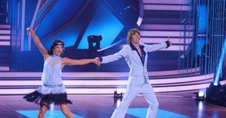 Mickie Krause und Malika Dzumaev tanzen in der sechsten Runde der RTL Tanzshow «Let's Dance» Charleston zu «Schmidtchen Schleicher».