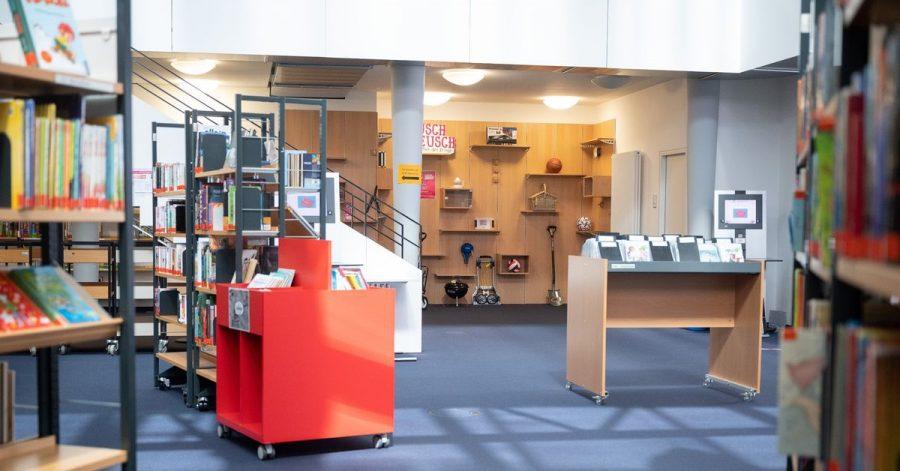 Die «Bibliothek der Dinge» ist hinter Büchern im Bibliothekszentrum Sachsenhausen zu sehen.
