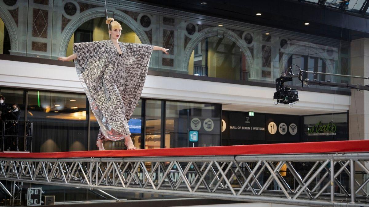 Gntm Folge 13 Outfit Wechsel In 20 Metern Hohe Und Bill Kaulitz Guckt Zu