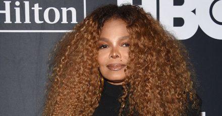 Die Sängerin Janet Jackson macht Platz in ihrer Garderobe.