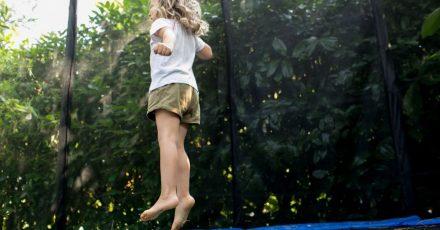 Lieber alleine springen: So ist zwar weniger Action auf dem Trampolin, dafür verletzen sich Kinder aber weniger.