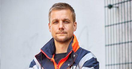Tobi Schlegl als Rettungssanitäter 2020 in Hamburg.
