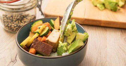 Die Hälfte Gemüse, ein Viertel Sättigungsbeilage und ein Viertel Proteinlieferant - so sieht die ideale Mischung in Teller oder Schüssel aus.