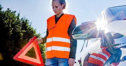 Wer eine Panne hat, muss das Warndreieck mit ausreichend Abstand zum Fahrzeug aufstellen, um den nachfolgenden Verkehr zu warnen.