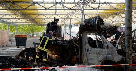 Die Polizei untersucht die Überreste des abgebrannten Foodtrucks «Willi Herren's Rievkoochebud».