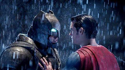 """""""Batman v Superman: Dawn of Justice"""": Bruce Wayne alias Batman (Ben Affleck, l.) rüstet sich für einen erbitterten Kampf gegen Clark Kent alias Superman (Henry Cavill) (cg/spot)"""