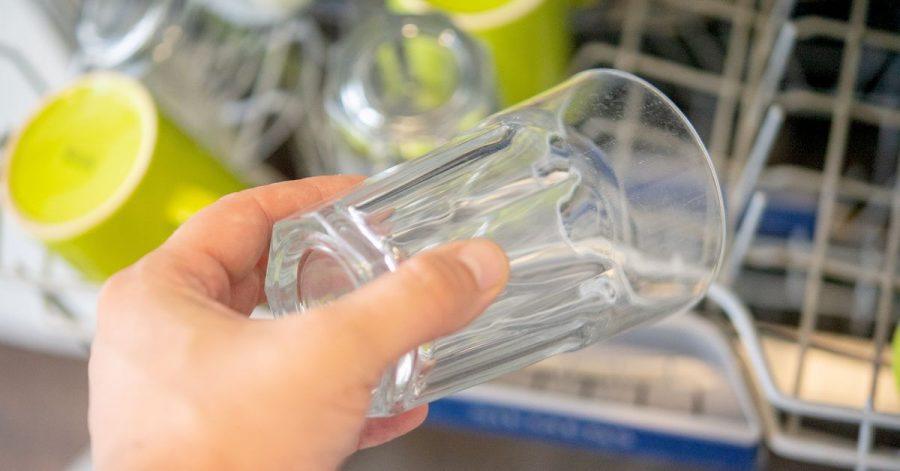 Wenn Gläser durch die Reinigung in der Spülmaschine mit der Zeit trüb werden, kann das an mehreren Faktoren liegen. Fehlendes Regeneriersalz ist einer davon.