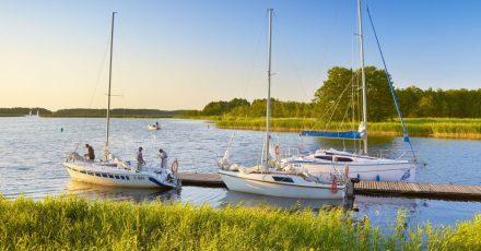 Abendstimmung auf demWasser:Die Masurische Seenplatte ist für einenBootsurlaub ideal, der Schiffsverleih einfach möglich.