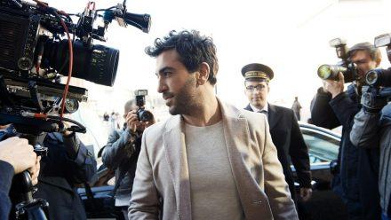 """Elyas M'Barek wird in """"Liebesdings"""" von Paparazzi belagert. (wag/spot)"""