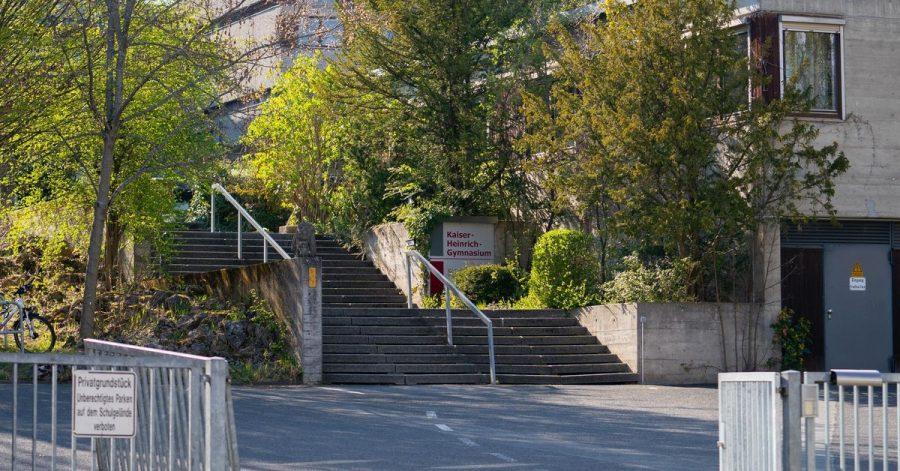 Drei ehemalige Schüler sollen im Mai 2019 die Abituraufgaben aus einem Tresor eines Bamberger Gymnasiums geklaut haben.