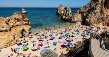 Nach der Aufhebung der Reisewarnung für die Algarve ist die portugiesische Küstenregion für Deutsche wieder beliebtes Urlaubsziel. Wer von dort heimkehrt, muss nicht mehr in Quarantäne.