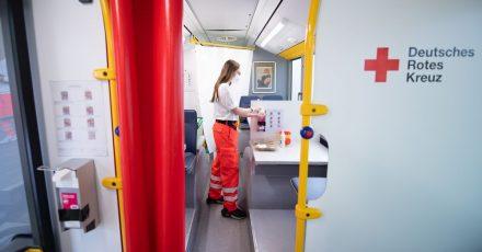 Thais Räßler, derzeit im Bundesfreiwilligendienst, bereitet in einem Impfbus des Deutschen Roten Kreuz eine Corona-Schutzimpfung vor.