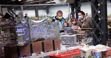 Nach wochenlanger Schließung wegen der Corona-Pandemie will die Modelleisenbahnanlage in Hamburg nach Pfingsten wieder für Besucher öffnen.