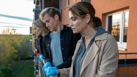 """""""Das Quartett: Die Tote vom Balkon"""": Pia (Annika Blendl), Linus (Anton Spieker) und Maike (Anja Kling, v.l.) am Tatort (cg/spot)"""