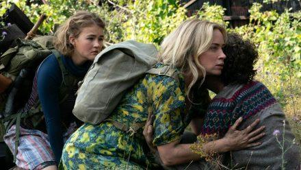"""Emily Blunt (M.) kämpft auch in """"A Quiet Place 2"""" mit ihren Kindern ums nackte Überleben. (wag/spot)"""
